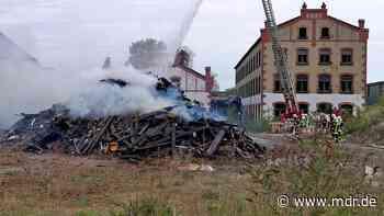 Rauch und Gestank durch Holzbrand in Radeberg - MDR