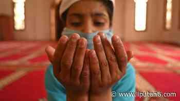FOTO: Menengok Anak-Anak Yatim Beribadah Saat Ramadan di Srinagar - Liputan6.com