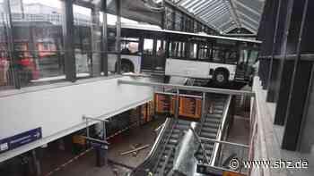 Hamburg-Bergedorf: Linienbus nach Geesthacht rast in Bahnhof und schwebt über der Rolltreppe   shz.de - shz.de