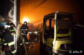 Gros incendie dans un entrepôt de bateaux et de palettes à Seclin - actu.fr