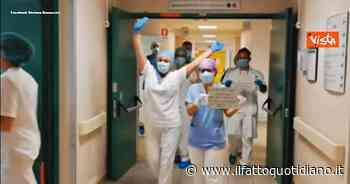 Coronavirus, dimesso l'ultimo paziente all'ospedale di Fidenza: la danza di medici e infermieri… - Il Fatto Quotidiano