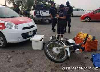 Vuela motociclista pollero al impactarse con un taxi en Cosamaloapan - Imagen del Golfo