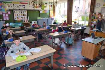 """Kinderen blij dat ze hun klasgenootjes terugzien: """"Les krijgen in de klas is leuker dan via video"""""""