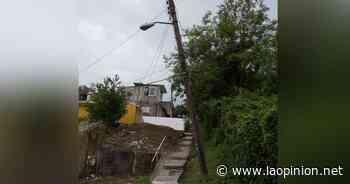 Temor por un poste en riesgo de caer sobre viviendas, en Coatzintla - La Opinión