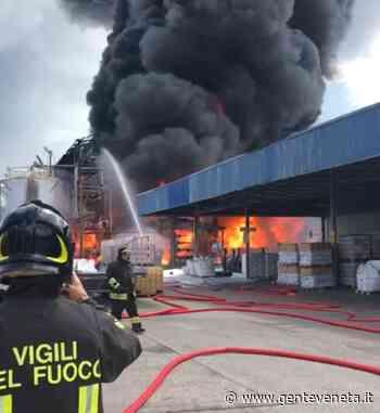 Bottacin: a Malcontenta incendio circoscritto, ma fiamme ancora per ore. Non si sa cosa sia bruciato, tutti tengano chiuse le finestre - Gente Veneta