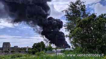 La nube di fumo nero a Malcontenta | VIDEO - VeneziaToday