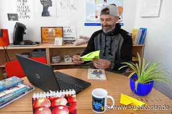 Schulsozialarbeiter Tobias Buck hält auf allen Kanälen Kontakt zu den ...   SÜDKURIER Online - SÜDKURIER Online