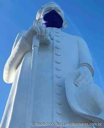 Estátua do Padre Cícero em Juazeiro do Norte ganha máscara em alerta contra pandemia de coronavírus - Região - Diário - Diário do Nordeste