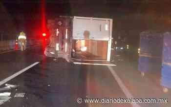 Volcó camión cargado con material para hospital, en la Perote-Banderilla - Diario de Xalapa