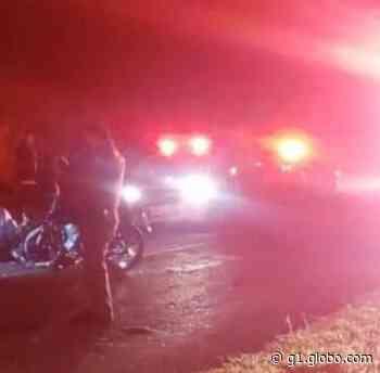 Jovens morrem após motocicletas baterem de frente em vicinal - G1