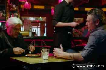 Jay Leno and Blake Shelton eat Elvis Presley's favorite meal - CNBC