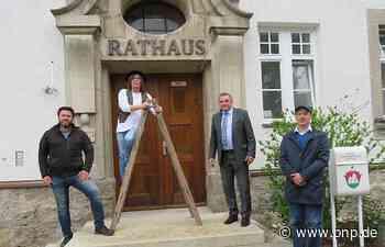 Neuer Schriftzug am Rathaus – bewusst auf alt getrimmt - Passauer Neue Presse