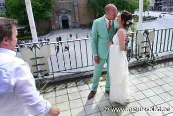 """Lizzy en Tom trouwen op balkon van stadhuis zodat vrienden mee kunnen genieten: """"We hebben er iets speciaals van gemaakt"""""""