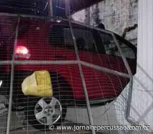 Carro perde o controle e invade casa em Sapiranga - Jornal Repercussão
