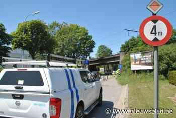 Boom tegen hoogspanningskabel en te hoge vrachtwagen tegen brug: treinverkeer ernstig verstoord