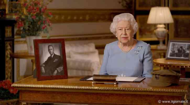 La ribellione della regina Elisabetta: così va contro tutti e indossa i pantaloni