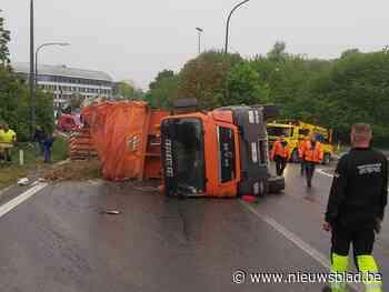 Gekantelde vrachtwagen verspert oprit van snelweg - Het Nieuwsblad