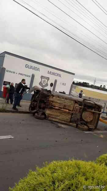 Com carro tombado, prefeitura de Quatro Barras realiza ação de conscientização sobre segurança no trânsito - CGN