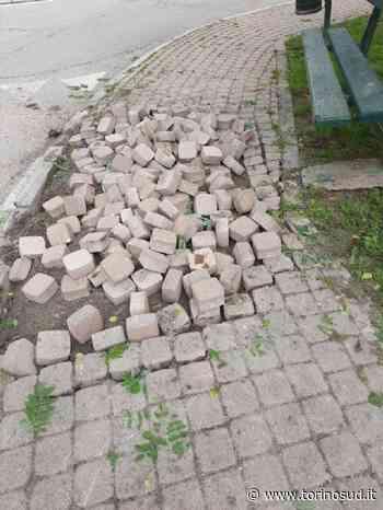 TROFARELLO - Il camion si incastra nella rotonda e sfascia il marciapiede - TorinoSud