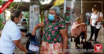 En San Isidro Pishishi, entrega ayuntamiento de Tehuantepec apoyos alimentarios casa por casa - Cortamortaja, Agencia de Noticias