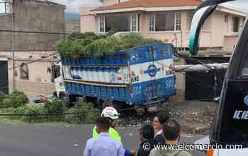 Un camión perdió pista y se estrelló contra un poste en Machachi - El Comercio (Ecuador)