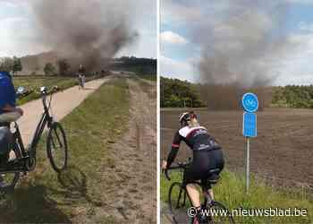 Indrukwekkende stofhoos verrast fietsers