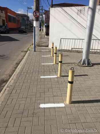 Quatis pinta faixa de distanciamento em calçada de acesso à Caixa Econômica - Diario do Vale