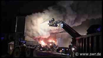 Feuerwehr löscht Brand in Baumholder bei Recyclingfirma dort haben zwei Bunker mit Elektroschrott gebrannt die Brandurache ist unklar | Kaiserslautern | SWR Aktuell Rheinland-Pfalz | SWR Aktuell - SWR