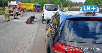 Unfall in Lübeck: Fahrschülerin prallt mit Motorrad gegen geparktes Auto
