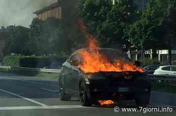 Auto prende fuoco sulla via Emilia a San Giuliano Milanese: salvi gli occupanti - 7giorni