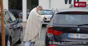 Gläubige feiern Auto-Gottesdienst auf Supermarktparkplatz - Schwäbische
