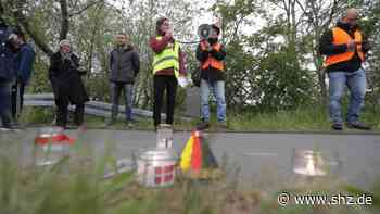 Harrislee/Krusau: Windlichter und Flaschenpost für die Liebsten: Protest für offene Grenzen   shz.de - shz.de