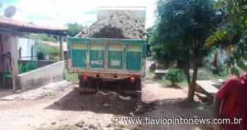 Prefeitura de Juazeiro do Norte recupera estradas no Sítio Touro e Vila Bento - Flavio Pinto