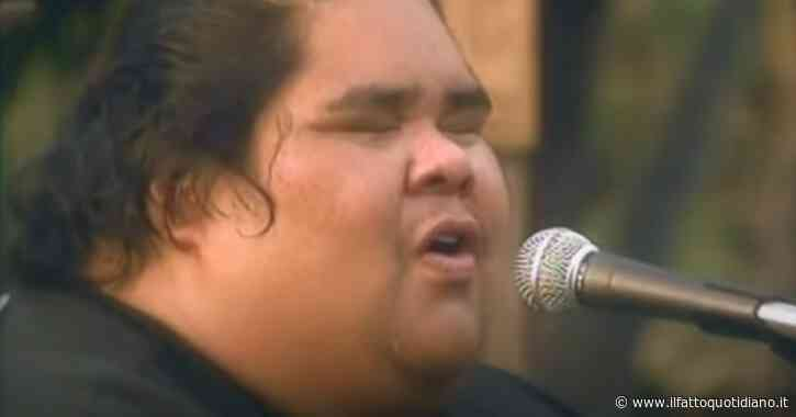 Israel Kamakawiwo'ole, il gigante che con la sua 'Somewhere over the rainbow' cantò le Hawaii
