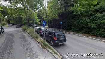Incidente a Roma 70, perde controllo dell'auto e finisce contro palo della luce: morto un uomo