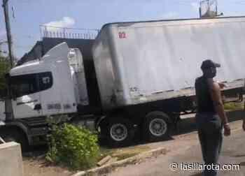 Tráiler sin frenos choca contra dos locales en Sayula de Alemán - lasillarota.com