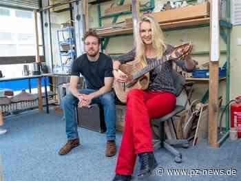 Gitarrenvirtuosin auf Stippvisite in Pforzheim: Musikerin aus Tecklenburg reist zu aus Bauschlott stammenden Gitarrenbauer - Kultur - Pforzheimer Zeitung