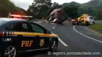 Caminhão tomba e motorista fica ferido na BR-116, altura de Cajati - Adilson Cabral