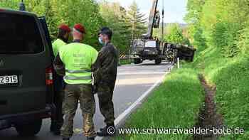 Hausen am Tann: Bundeswehr-Lkw kippt auf Straße - Hausen am Tann - Schwarzwälder Bote