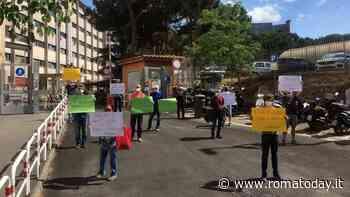 """Da Certosa a Tor Sapienza, protesta dei cittadini davanti alla sede del V municipio: """"Pulite i parchi"""""""