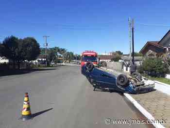 Veículo capota na rua Prefeito Emiliano Uba, em Três Barras - JMais