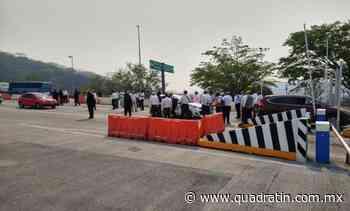 Toman la caseta de la autopista en Huitzuco para pedir ayuda económica - Quadratín - Quadratín Michoacán