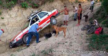 Taxi quedó atorado en una zanja, en Tantoyuca - Vanguardia de Veracruz