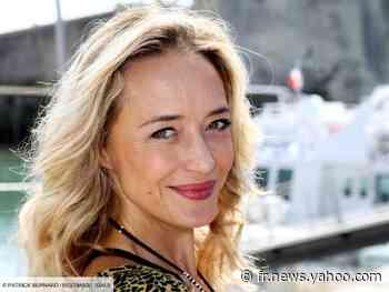 PHOTO - Hélène de Fougerolles, ultra souple : elle se dévoile en pleine posture de yoga chez elle - Yahoo Actualités