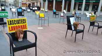 Coronavirus. A Motta di Livenza scende in piazza la protesta dei commercianti: sedie, cartelli e teste di manichini - Il Gazzettino