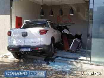 Carro avança em calçada e invade empresa em Palotina - CGN