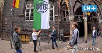 Aufstieg: VfB Lübeck-Fahne am Rathaus gehisst