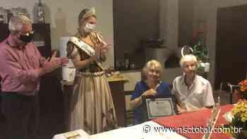 Rainha da Oktoberfest Blumenau entrega moção aos avós pelos 65 anos de casados   NSC Total - NSC Total
