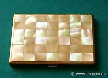 A LOVELY ANTIQUE DECORATIVE MOTHER OF PEARL CARD HOLDER, MOSAIC PATTERN