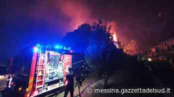 L'incendio a Massa Santa Lucia a Messina, notte di lavoro per spegnere i roghi: il video - Gazzetta del Sud